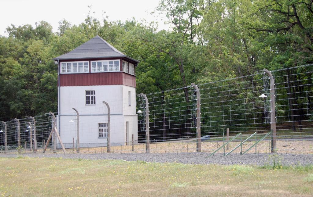 Bild: Ehemaliger Wachturm auf dem Gelände der Gedenkstätte Buchenwald, Juli 2018.