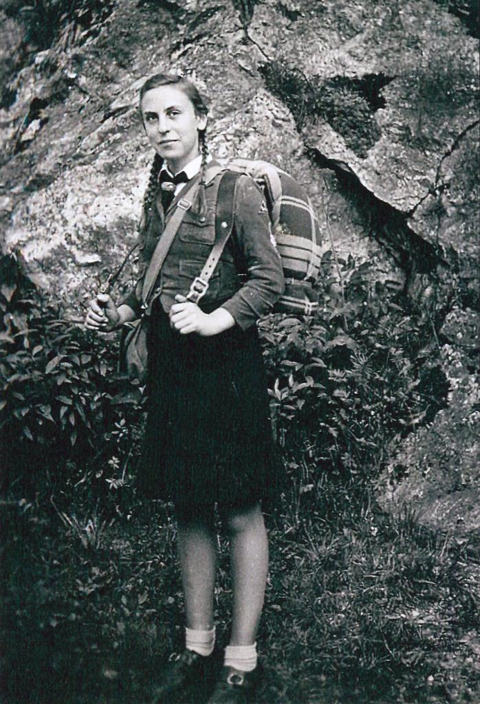Foto von Ingeburg in der Kleidung des Jungmädelbunds, 1943