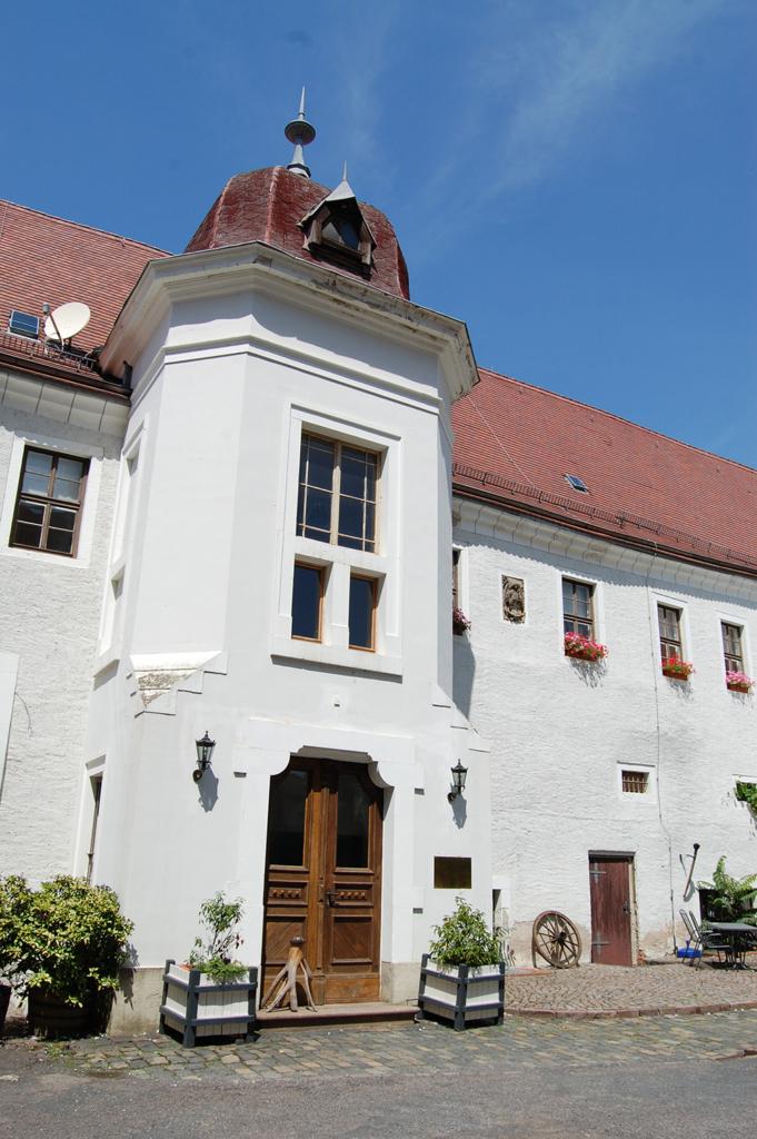 Foto: Schlosshof Wurzen – oberhalb der rechten Tür ein Zellenfenster
