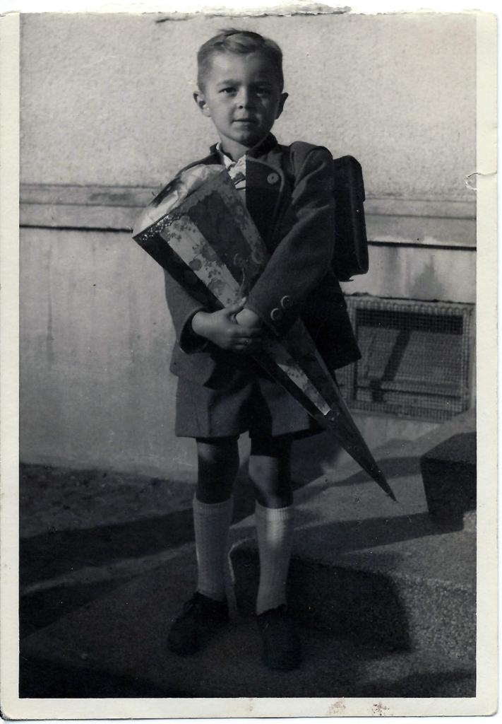 Foto: Karl-Heinz Mantau in einer Schuluniform aus Wehrmachtsstoff, 1950
