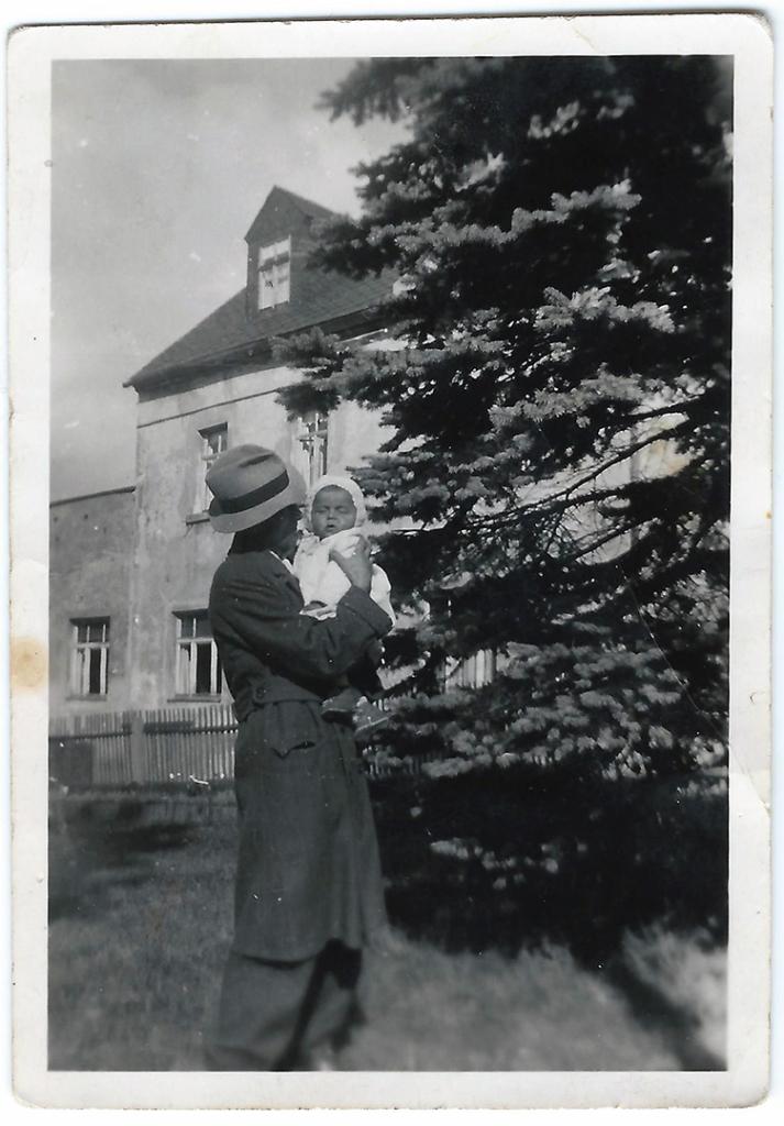 Foto: Kurt Mantau mit Karl-Heinz auf dem Arm, 1944